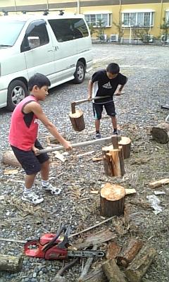 休日に薪割りに精を出す子ども